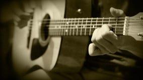 Cantante-compositor (bardo). La guitarra acústica ata práctica del entrenamiento del acorde almacen de metraje de vídeo
