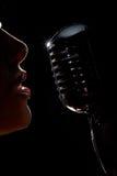Cantante con il microfono fotografia stock libera da diritti
