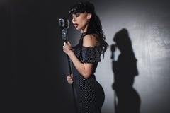 Cantante con il microfono Immagine Stock