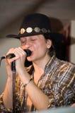 Cantante con un micrófono Foto de archivo libre de regalías