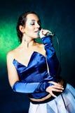 Cantante con un micrófono Fotografía de archivo libre de regalías