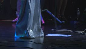 Cantante in costume balla sulla fase durante il concerto archivi video