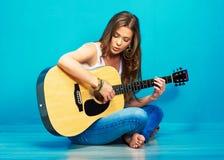 Cantante de la muchacha del adolescente con la guitarra Imagenes de archivo