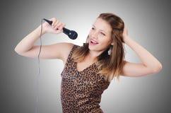 Cantante de la mujer con el micrófono Foto de archivo libre de regalías