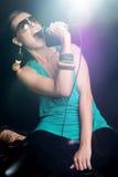 Cantante de la mujer en proyector imágenes de archivo libres de regalías