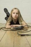 Cantante de la niña con el micrófono Imágenes de archivo libres de regalías