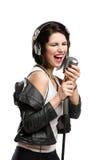 Cantante de roca con el mic y los auriculares Imagenes de archivo