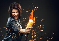 Cantante de roca de sexo femenino que sostiene el mic en el fuego Foto de archivo libre de regalías