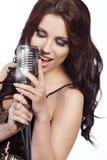 Cantante de sexo femenino del estallido con el mic retro Imagenes de archivo