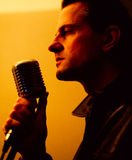 Cantante de sexo masculino con el micrófono Imagen de archivo libre de regalías
