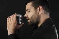 Cantante de sexo masculino con el micrófono Fotografía de archivo libre de regalías