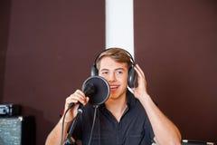 Cantante de sexo masculino joven Performing In Studio imágenes de archivo libres de regalías