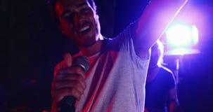 Cantante de sexo masculino que canta en un micrófono 4k almacen de metraje de vídeo