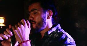 Cantante de sexo masculino que canta en un micrófono 4k almacen de video