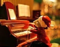 Cantante del piano dei canti natalizii Fotografie Stock Libere da Diritti