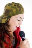 Cantante dell'adolescente con il microfono Fotografia Stock