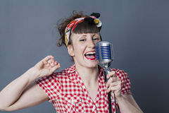 Cantante di anni '50 in studio per l'artista di esecuzione femminile 30s Immagini Stock