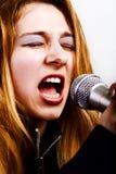 Cantante di musica rock - donna con il microfono Fotografia Stock Libera da Diritti