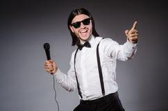 Cantante divertente con il microfono Fotografia Stock Libera da Diritti