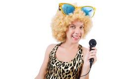 Cantante divertido   mujer con el mic Foto de archivo