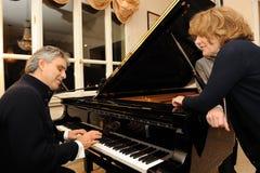 Andrea Bocelli que juega el piano imagenes de archivo