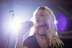 Cantante femminile che esegue durante il festival di musica al night-club Immagine Stock Libera da Diritti