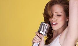 Cantante femminile di Redhead. fotografia stock
