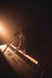 Cantante femminile entusiasta che gioca piano al concerto di musica immagine stock