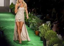 Cantante femminile in una sfilata di moda immagini stock libere da diritti