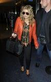 Cantante Fergie de Black Eyed Peas en el aeropuerto de LAX fotografía de archivo