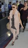 Cantante Fergie de Black Eyed Peas en el aeropuerto de LAX imagen de archivo libre de regalías