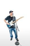 Cantante Guitarist su bianco con strimpellare del cappello fotografia stock