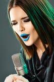 Cantante hermoso de la mujer joven Muchacha adolescente emocional Foto de archivo libre de regalías