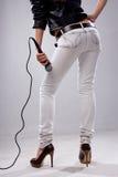 Cantante joven con el micrófono Fotos de archivo libres de regalías