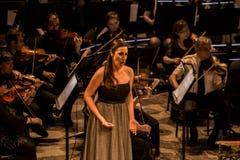 Cantante joven de la ópera que realiza aria en el teatro nacional en Belgrado Foto de archivo