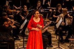 Cantante joven de la ópera que realiza aria en el teatro nacional en Belgrado fotografía de archivo