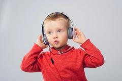 Cantante joven Niño pequeño con los auriculares Fotos de archivo