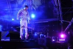 Cantante Jumping en la etapa, proyectores coloridos, cámara de televisión Fotografía de archivo
