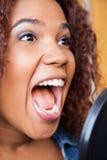 Cantante With Mouth Open que se realiza en el estudio de grabación imagen de archivo