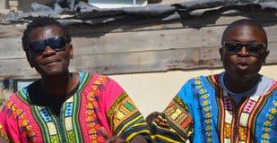 Cantante no identificado de la calle de los hombres jovenes en los tugurios de Mondesa Foto de archivo libre de regalías