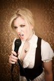 Cantante o commediante abbastanza giovane con il microfono Fotografia Stock Libera da Diritti
