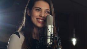 Cantante que se coloca delante de un micrófono y que canta Imagen de archivo