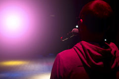 Cantante que sostiene un micrófono y que canta fotografía de archivo