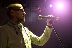 Cantante que sostiene un micrófono y que canta foto de archivo libre de regalías
