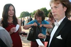 Cantante ruso Evgeny Nagovitsyn, estrella del teatro de Bolshoi, Rusia, autógrafos de firma de la ópera del tenor a las fans Foto de archivo libre de regalías