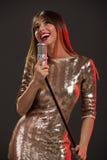 Cantante In Sequin Dress de la mujer Foto de archivo