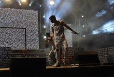 Cantante y bailarines en etapa, proyectores, éxito Fotografía de archivo