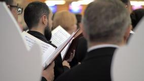 Cantantes del coro con la partitura musical almacen de metraje de vídeo