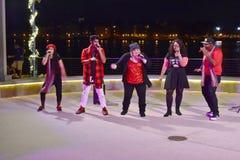 Cantantes del música pop de la calle en la noche en el lago Buena Vista fotos de archivo