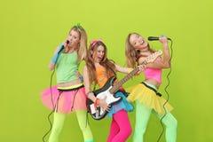 Cantanti teenager di karaoke con la chitarra ed il micro Immagini Stock Libere da Diritti